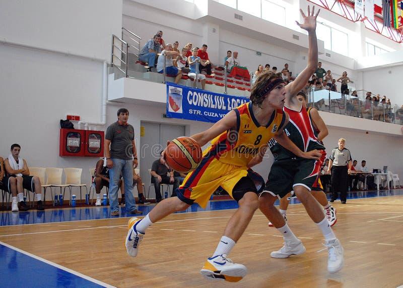 Basketbalspelers in actie stock afbeeldingen