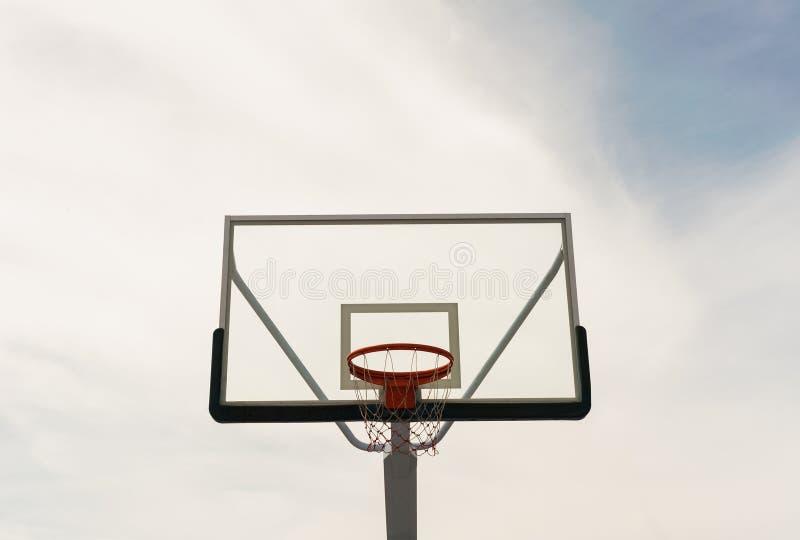 Basketbeslag på den tomma utomhus- domstolen arkivfoton