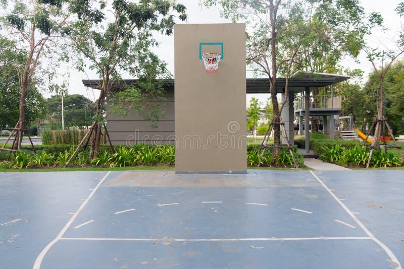 Basketbeslag på den tomma utomhus- domstolen royaltyfria foton