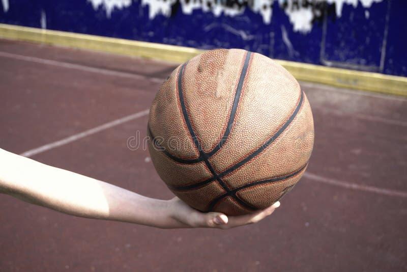Basketboll i handtextur fotografering för bildbyråer