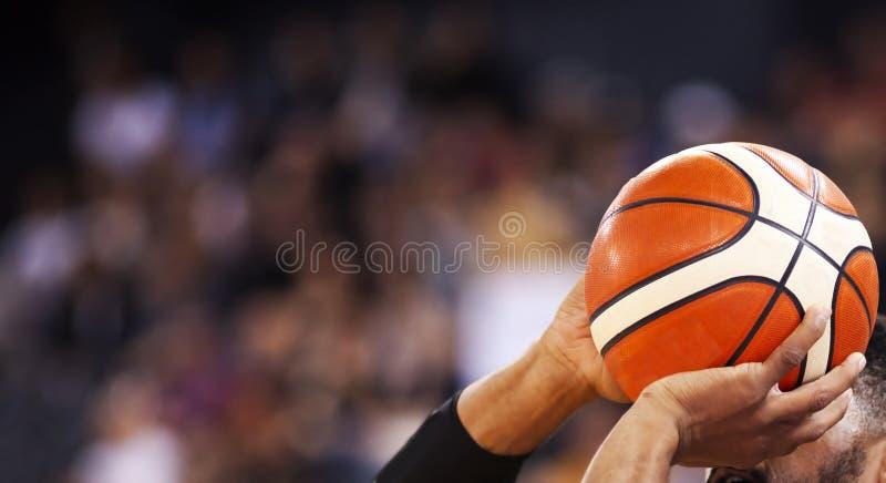 basketbollspelare som fotograferar tre pekare arkivfoto
