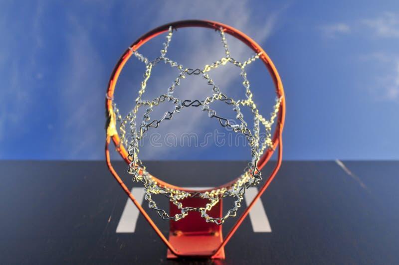 Download Basketcirkel Utanför Med Skyen Och Oklarheten Arkivfoto - Bild av cirkel, metall: 27281370