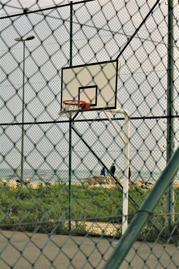 Basketdomstol i stranden royaltyfria bilder