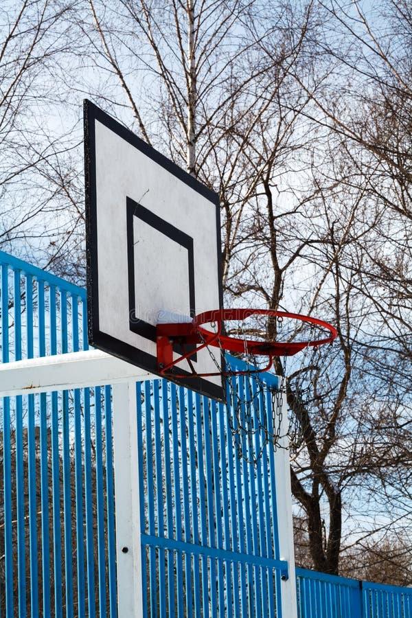 Basketdomstol i vinter royaltyfri foto