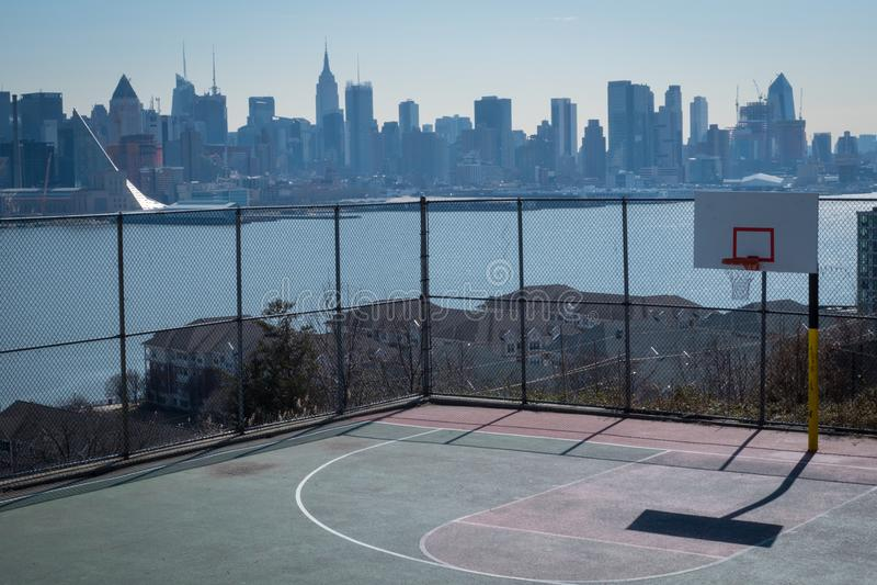 Basketdomstol och Manhattan arkivbild