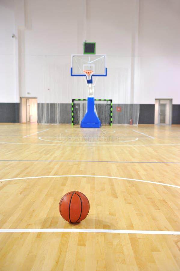 Basketdomstol, sportkorridor fotografering för bildbyråer
