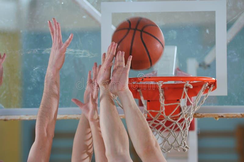 Basketduell arkivfoto