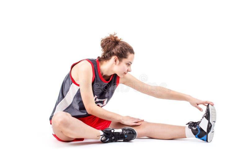 Basketkvinna som sträcker benet arkivfoto