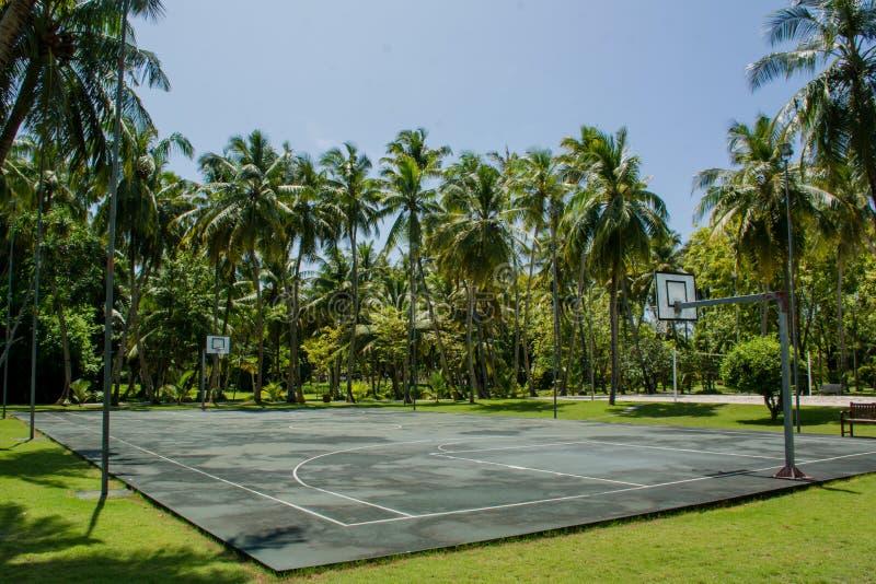 Basketlekplats på den tropiska ön nära djungler arkivfoto