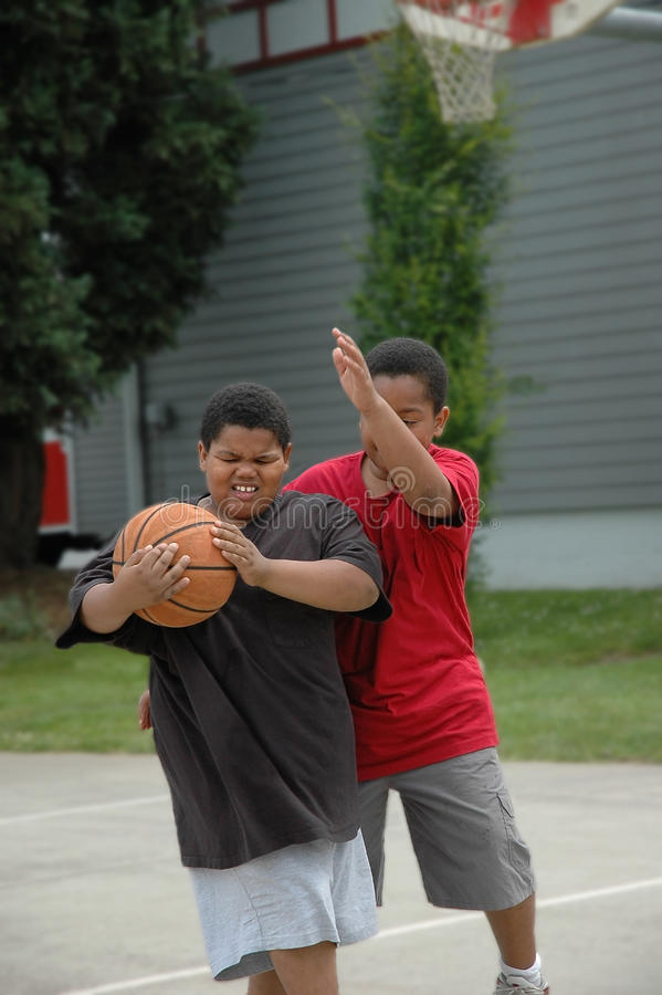 basketpojkar som leker två royaltyfri bild