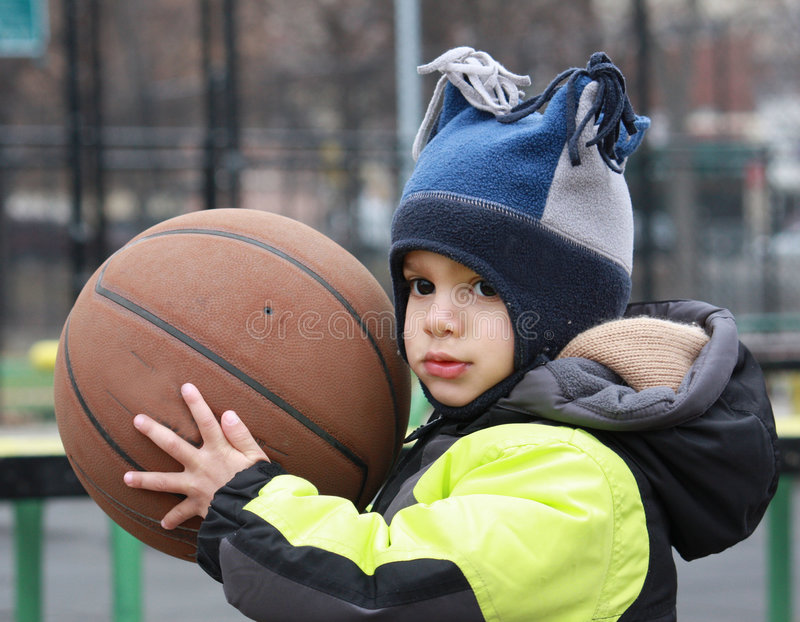 basketpojke little arkivbild