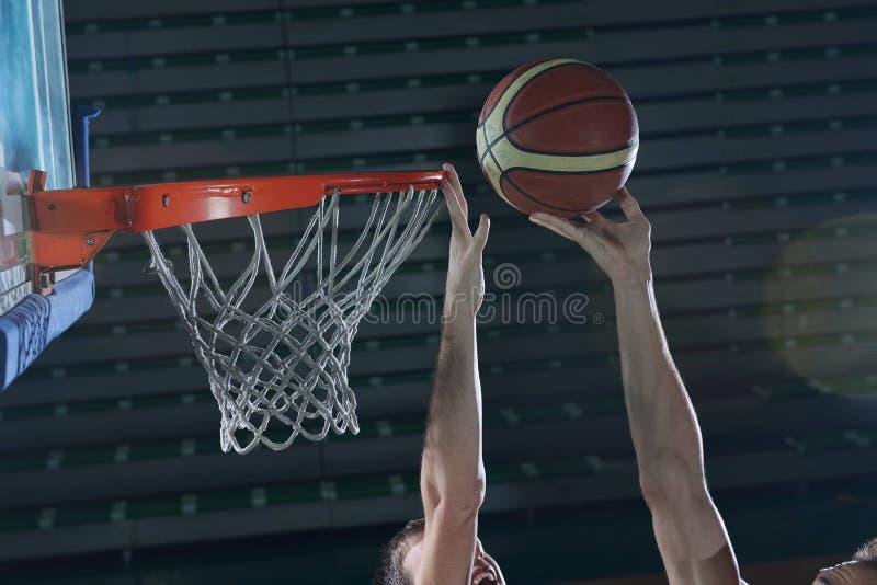 Basketspelare i handling arkivfoto
