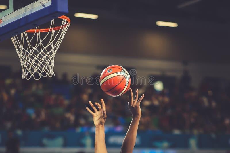 Basketspelare i handling under kvinnors basketvärldscupen 2018 arkivbilder