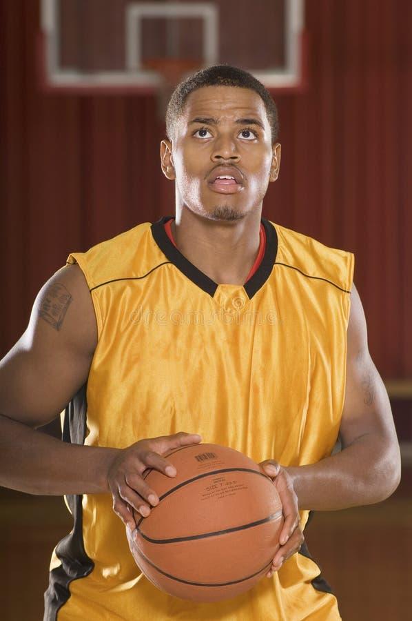 Basketspelare ordnar till för att kasta klumpa ihop sig royaltyfria foton