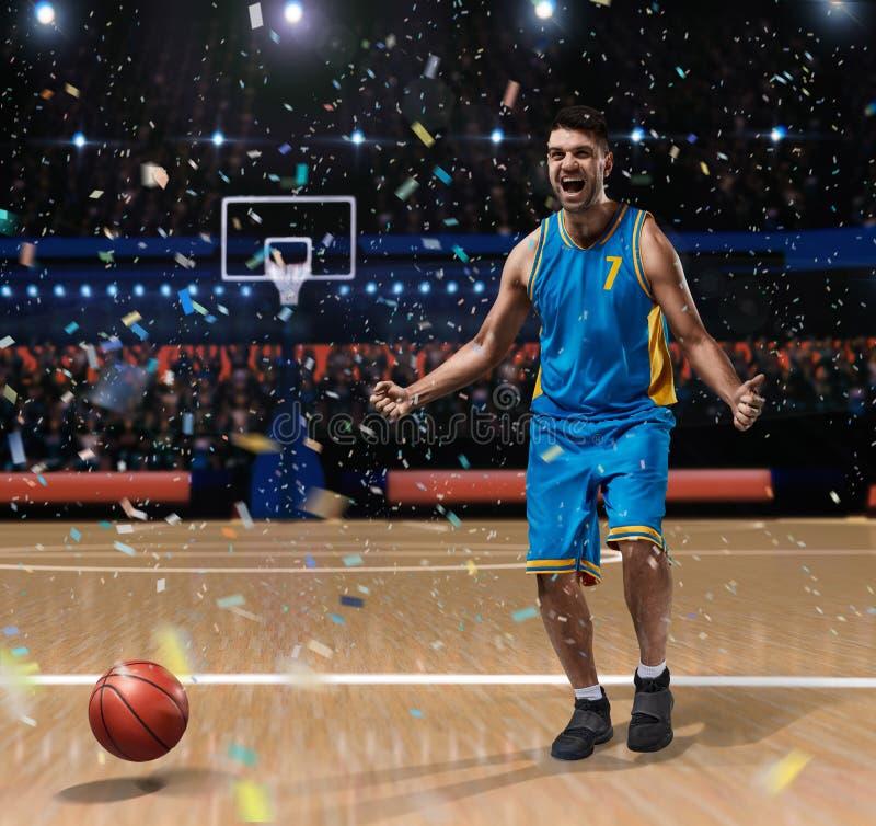 Basketspelare som firar på basketdomstolen royaltyfri fotografi