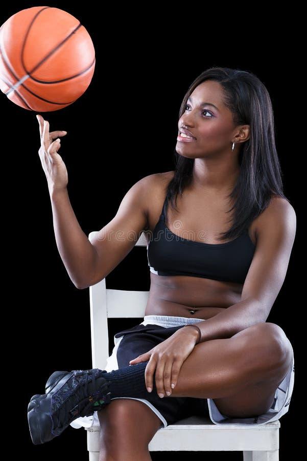 Basketspelaren har gyckel med bollen arkivfoto