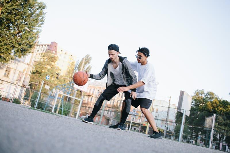 Basketspelarna arkivbild