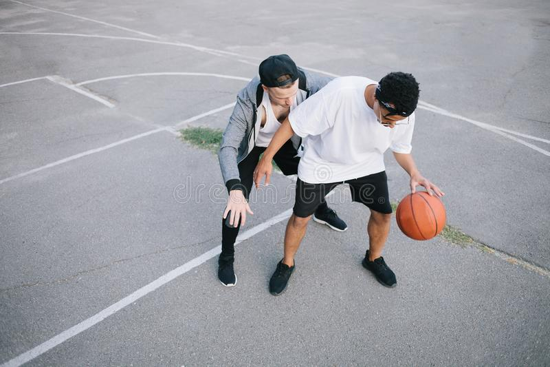 Basketspelarna royaltyfri foto