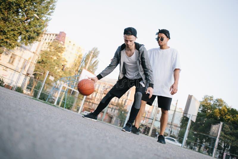 Basketspelarna royaltyfria bilder