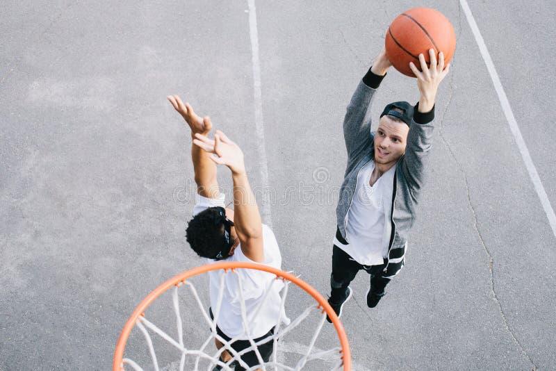 Basketspelarna royaltyfria foton