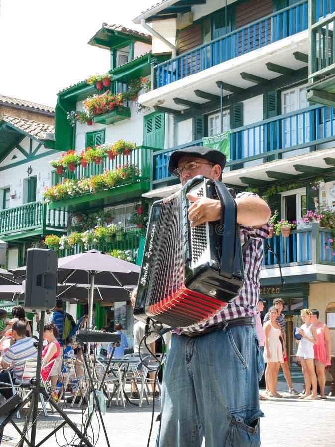 Baskijski akordeonista w ulicie Fuenterrabia, Guipuzcoa Hiszpania zdjęcia royalty free