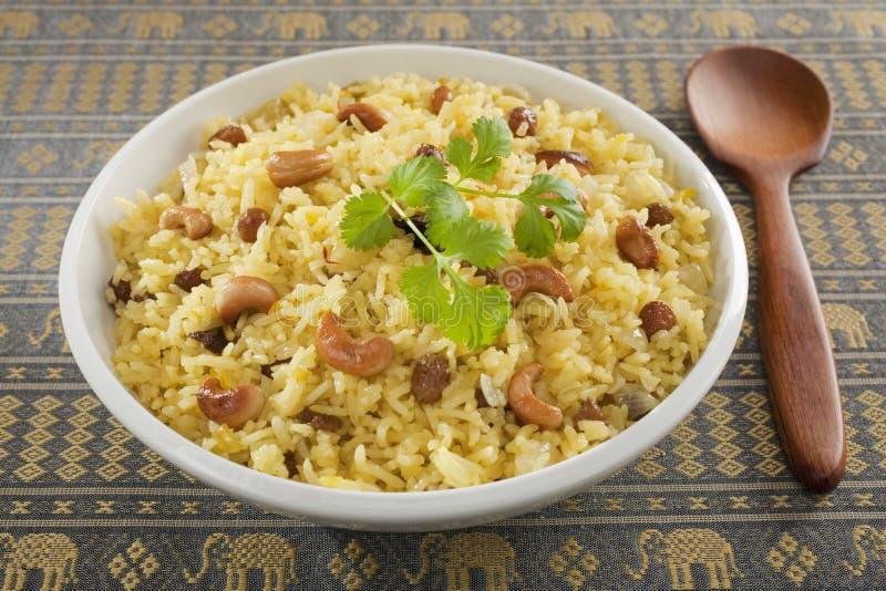 Basmati Rice Pilau w Białym porcja pucharze z Drewnianą łyżką zdjęcie stock