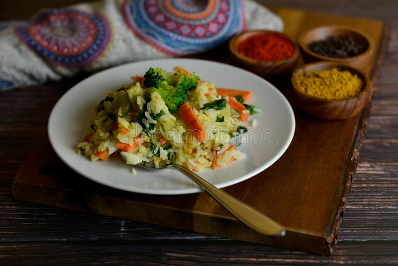 Basmati ris med curry och grönsaker royaltyfria bilder