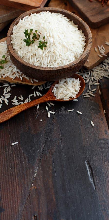 Basmati ryż w pucharze z łyżką fotografia stock