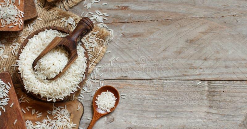 Basmati ryż w pucharze z łyżką zdjęcie royalty free