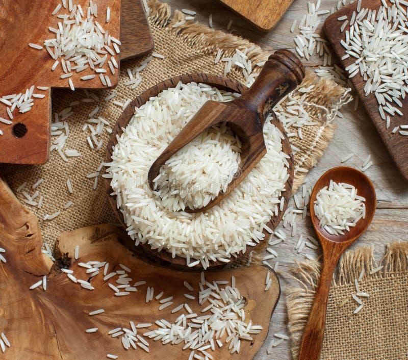 Basmati ryż w pucharze z łyżką zdjęcie stock