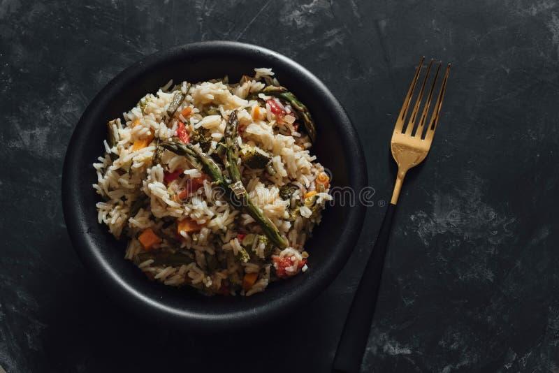Basmati ryż z smażonymi warzywami na zmroku stole zdjęcie royalty free