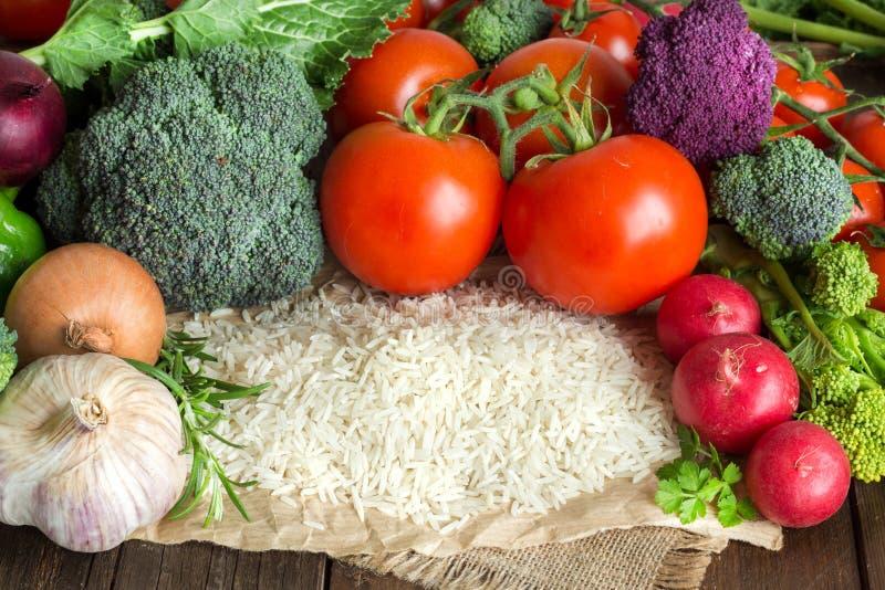 Basmatireis und Gemüse lizenzfreie stockfotos