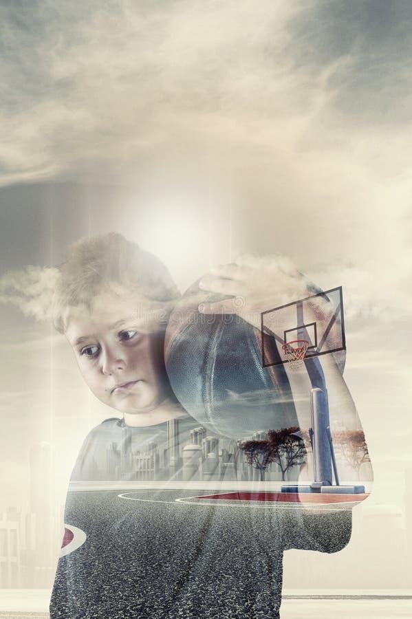 Basquetebol do menino e da bola imagens de stock royalty free