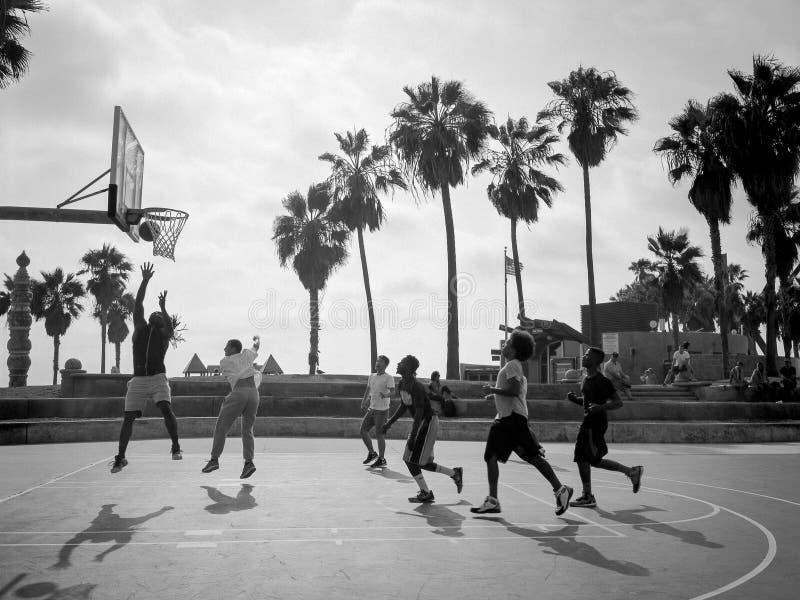Basquetebol exterior na praia de Veneza imagens de stock