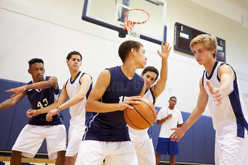 Basquetebol masculino Team Playing Game da High School foto de stock