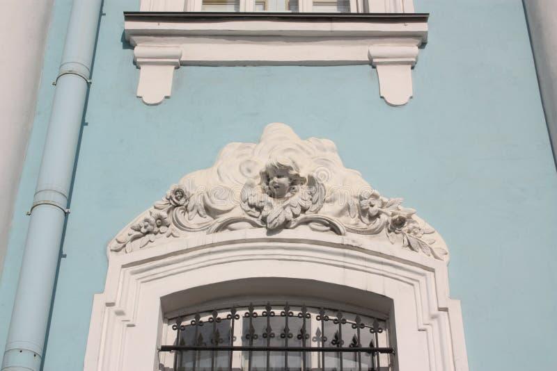 basrelief av en ängel över fönstret royaltyfria foton