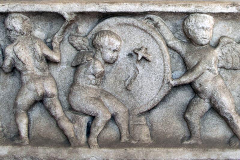 Basrelief av en forntida romersk sarkofag arkivfoto