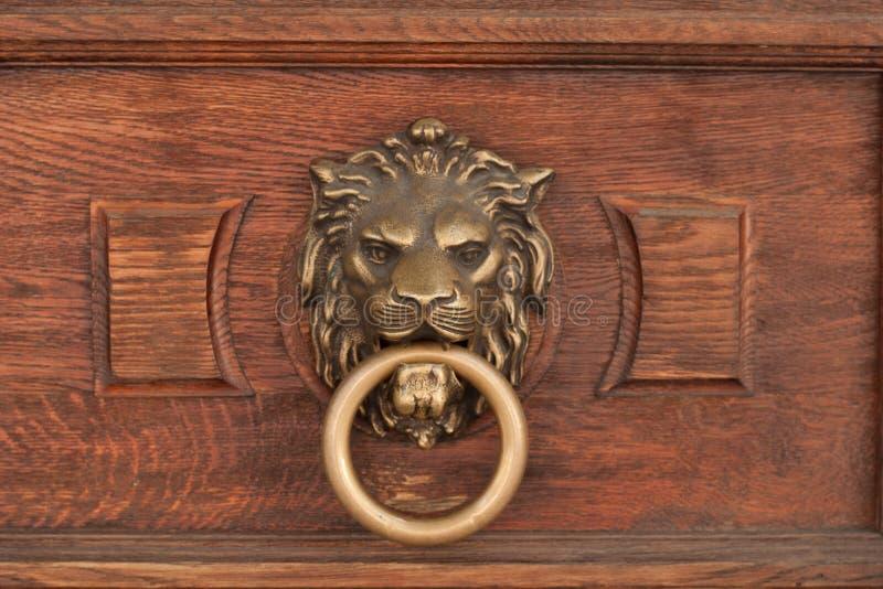 basrelief de la tête d'un lion avec un anneau dans sa bouche image stock