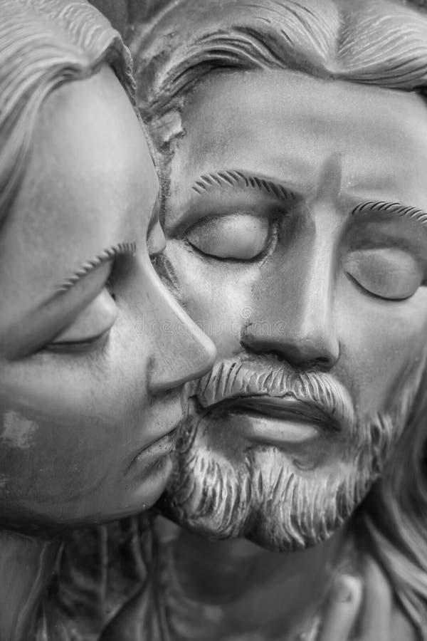 Basrelief i brons som föreställer medlidandet av Michelangelo arkivfoto