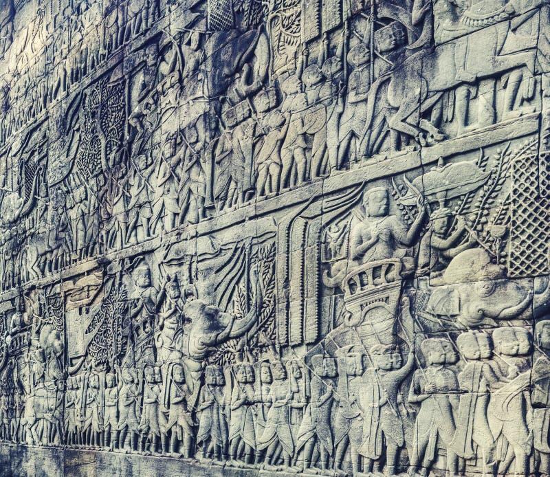 Basrelief på den Bayon templet i Angkor Thom för den cambodia för angkoren skördar banteay lotuses laken siemsreytempelet cambodi arkivbild