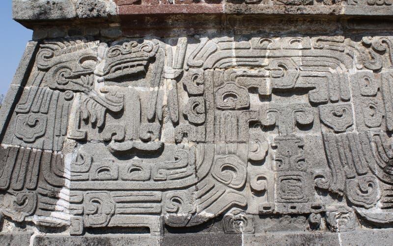 Basrelief som snider med av en Quetzalcoatl, Xochicalco, Mexico royaltyfria bilder
