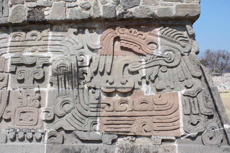 Basrelief som snider med av en Quetzalcoatl, Xochicalco, Mexico royaltyfri fotografi