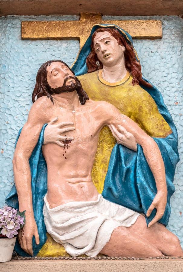 Basrelief till färger som föreställer medlidandet av Michelangelo royaltyfri fotografi