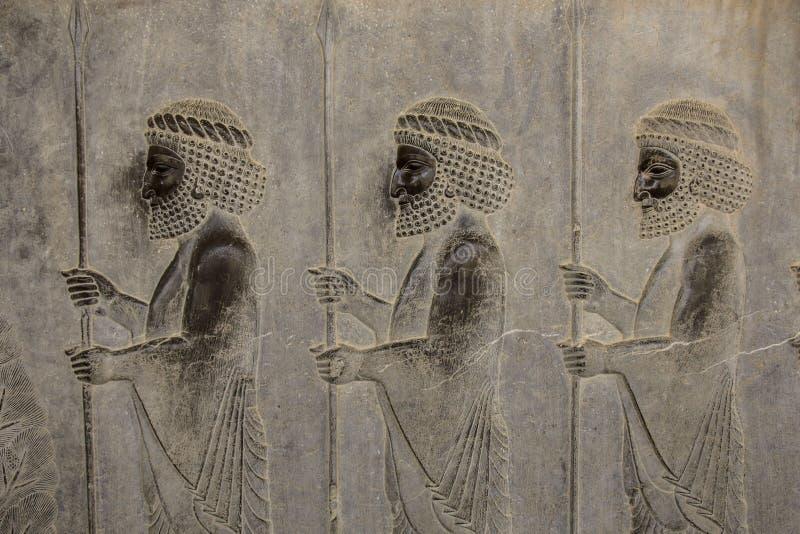 Basrelief visar vakter - krigare av konungen Forntida lättnad på väggen av den förstörda staden av Persepolis iran arkivbilder