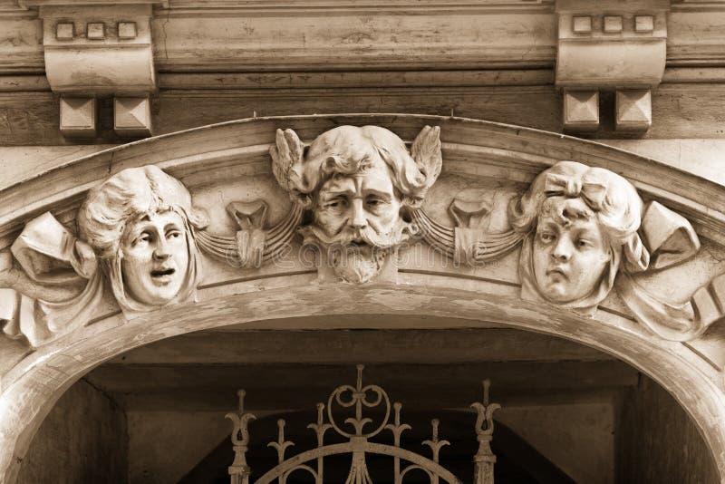 Basreliefen på fasaden av det Art Nouveau huset arkivfoto