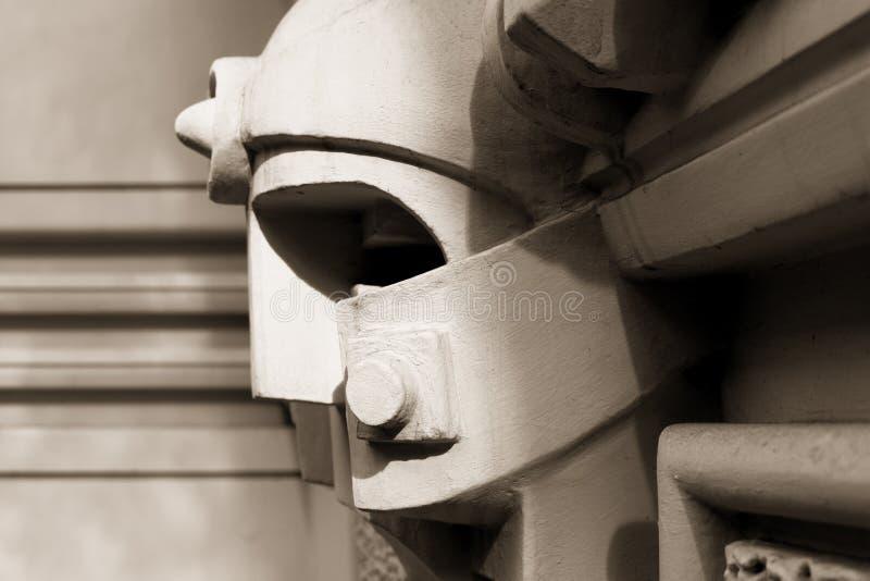 Basreliefen på fasaden gillar en man head i en hjälm arkivfoton