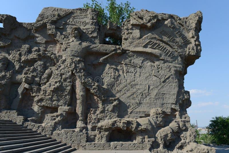 Basreliefen på väggarna- fördärvar av monument-helheten till hjältar av den Stalingrad striden på Mamaev Kurgan i Volgograd arkivfoton