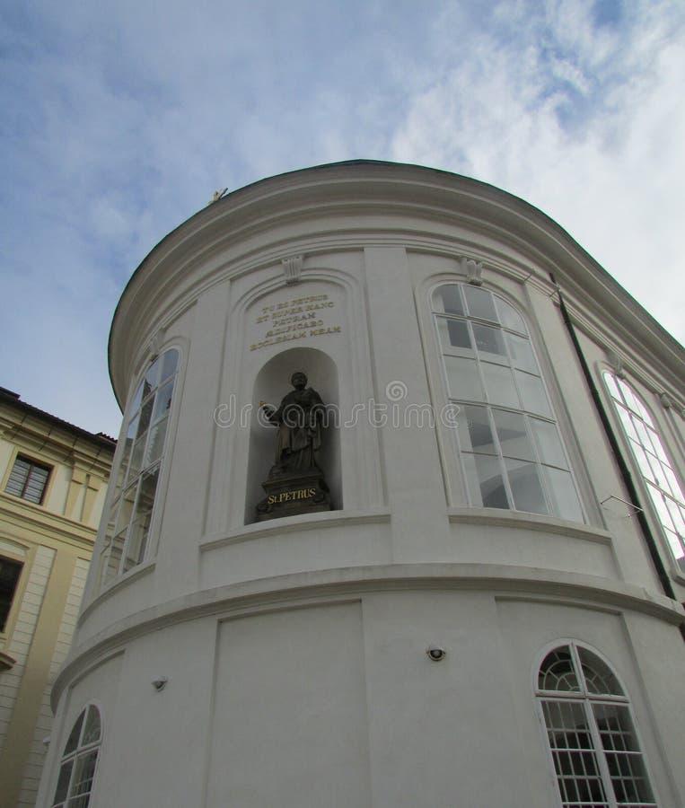 Basreliefen St Peter i nischen av huset, på deras huvud är kronor arkivfoto