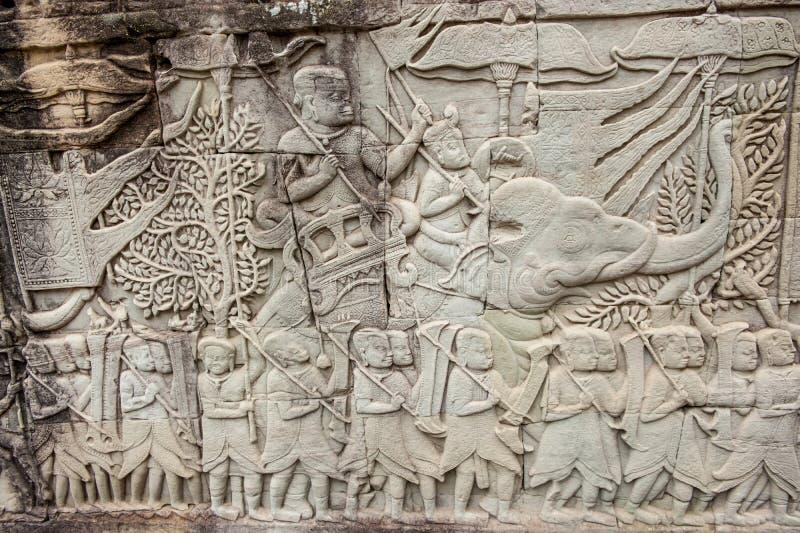 Basreliefer på Angkor Thom, Cambodja royaltyfria bilder