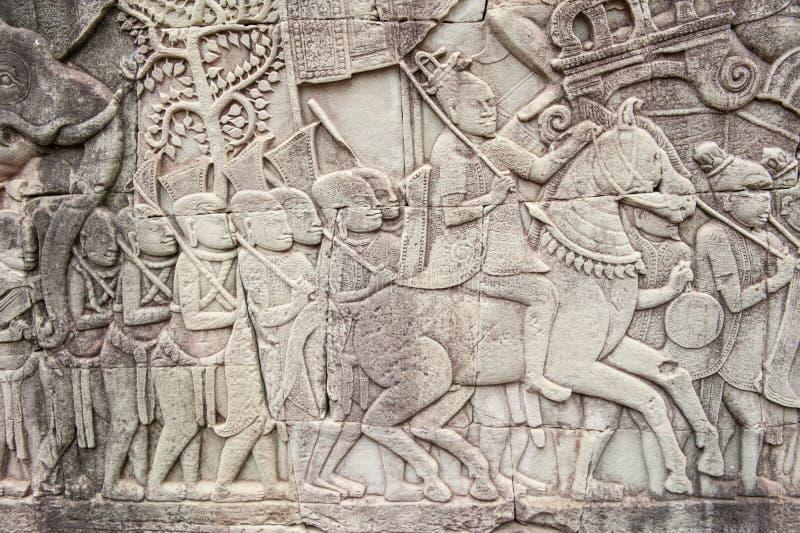 Basreliefer på Angkor Thom, Cambodja royaltyfri bild